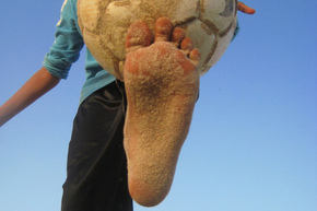 G4_barefeet_with_ball